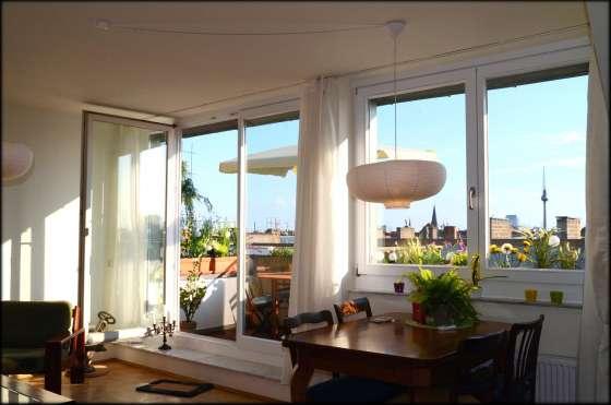 bildergalerie berlin ferienwohnung panorama prenzlauer berg wohnzimmer mit balkonblick. Black Bedroom Furniture Sets. Home Design Ideas
